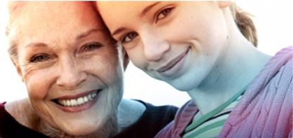 Foto di una donna matura accanto a una donna giovane. L'immagine illustra la storia di o.b.® e come abbiamo contribuito a migliorare la qualità della vita delle donne per oltre 60 anni.